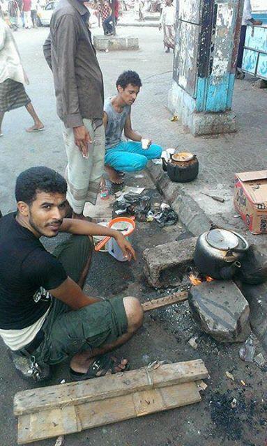 في #عدن #كريتر الأهالي يستعملون الأخشاب من المباني المدمرة لطباخة الطعام للأسر بشكل جماعي بسبب انعدام  الغاز #اليمن http://t.co/19OrKoenhc