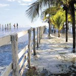 #Nicaragua: Fuertes olas sacan a los pobladores de León y Chinandega de sus hogares. http://t.co/uDqjyiqsil http://t.co/FCqNHUREI7
