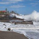 #Nicaragua: Fuerte oleaje en León derrumba una vivienda. http://t.co/ahxq9Bhpiq http://t.co/4BouIBphZw