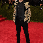 """@Balmain: .@justinbieber wears #BalmainHOMME Fall/Winter 2015 look to hit the red carpet at tonights #MetGala http://t.co/iFi9YWukST""porra"