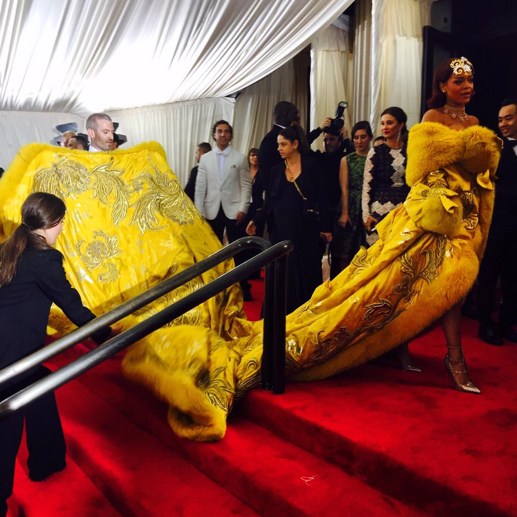.@rihanna just arrived and suddenly nothing else matters. #metgala2015 http://t.co/gkpHmPOEJa