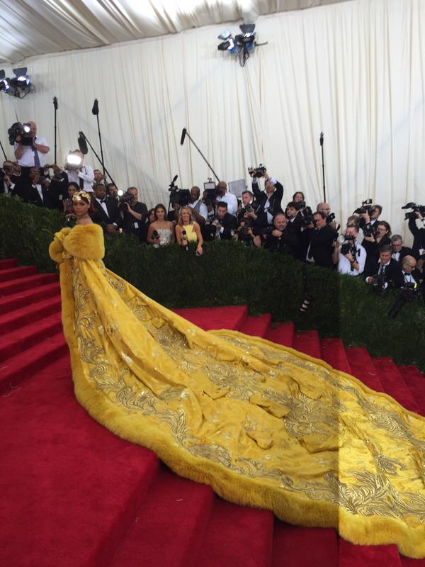 Oh my @rihanna! ¿Les gusta su look? #MetGala #MetGala2015 http://t.co/5OT7DkJdfv