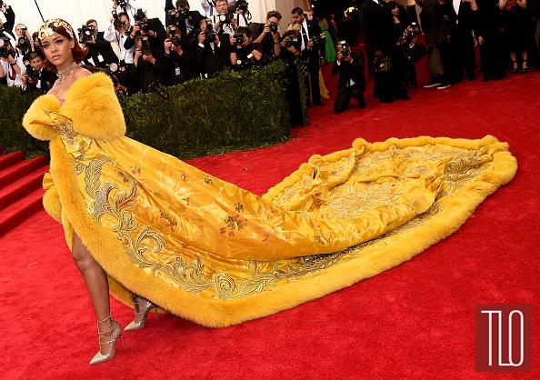 Rihanna SHUTS IT DOWN in Guo Pei at the #MetGala #MetGala2015. More red carpet later on our site. http://t.co/YWZyhGXGx5