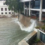Momento en que inician los oleajes en ciudad capital. Imagen de @Sinaproc_Panama #FuertesOleajes http://t.co/t6UE4MkgVX