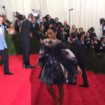 .@solangeknowles working the #MetGala red carpet. #ChinaLookingGlass #Solange http://t.co/UV2T4NGJ2i