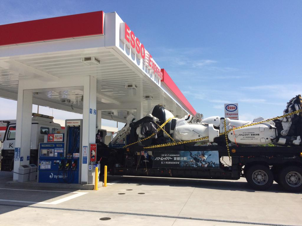 メシをどこにするべきかと悩みながら車を走らせてたら、ガソリンが足りなくなったのでスタンド寄ったらこいつがいた http://t.co/4shdY37Ugx
