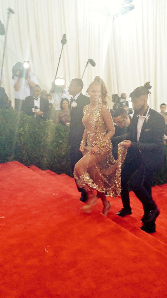Reporter: Bey, what took you so long? Bey: (smiles) #MetGala #redcarpet http://t.co/7w77ERmMg5