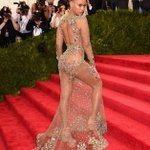 Beyoncé at the 2015 #MetGala http://t.co/2iktFA2pJ5 http://t.co/fO0PFklgSA