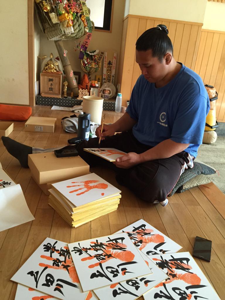 【拡散希望】《豊真将引退立田川襲名披露大相撲について…3》 新聞などでも報道されましたが、今回の断髪式では正面、東、向正面、西と全方向に向き変えながら断髪致します。よろしくお願い致します。 http://t.co/FomuIjuyIE http://t.co/evSjkEB1Yk