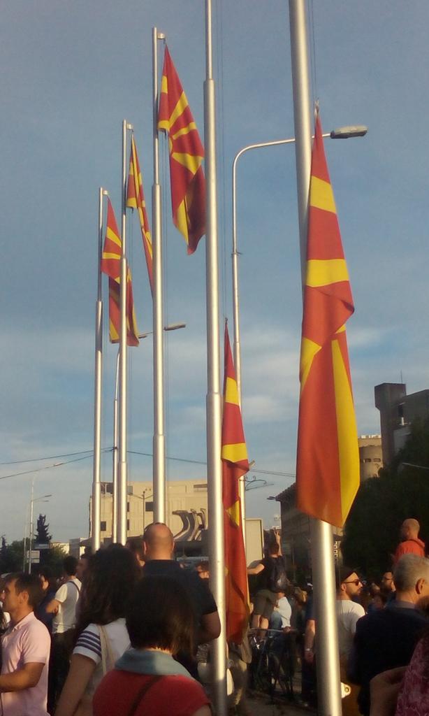 Знамињата се спуштаат! Земја на жалост! #протестирам http://t.co/aqXYXBMbge