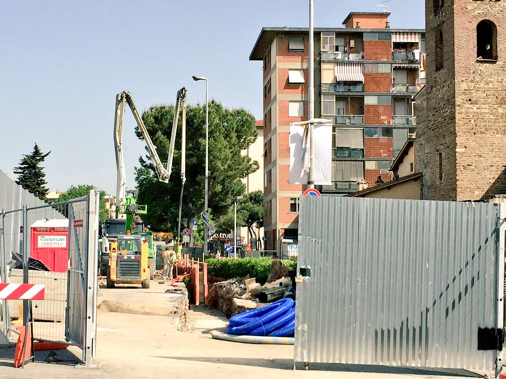 """RT @ferraro_filippo: #Tramvia #Linea2 Cantiere A3 Novoli: si getta calcestruzzo davanti a San Donato, dove un muretto delimiterà auto-tram …<a target=""""_blank"""" href=""""http://t.co/GFX64Jo8dP""""><br><b>Vai a Twitter<b></a>"""