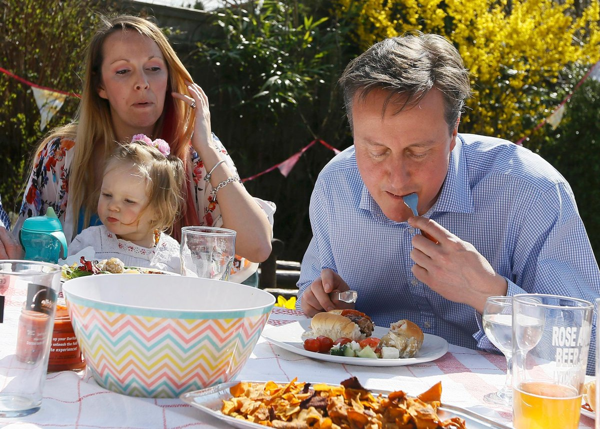 Sun put Miliband bacon sandwich photo on front page. So why not share Cameron eating a hot dog with a knife and fork http://t.co/LvuTQL4Do3