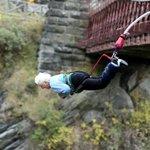 Idosa de 91 anos pula de bungee jump na Nova Zelândia http://t.co/sCFWCoH15a #G1 http://t.co/vXAZmBgu7k