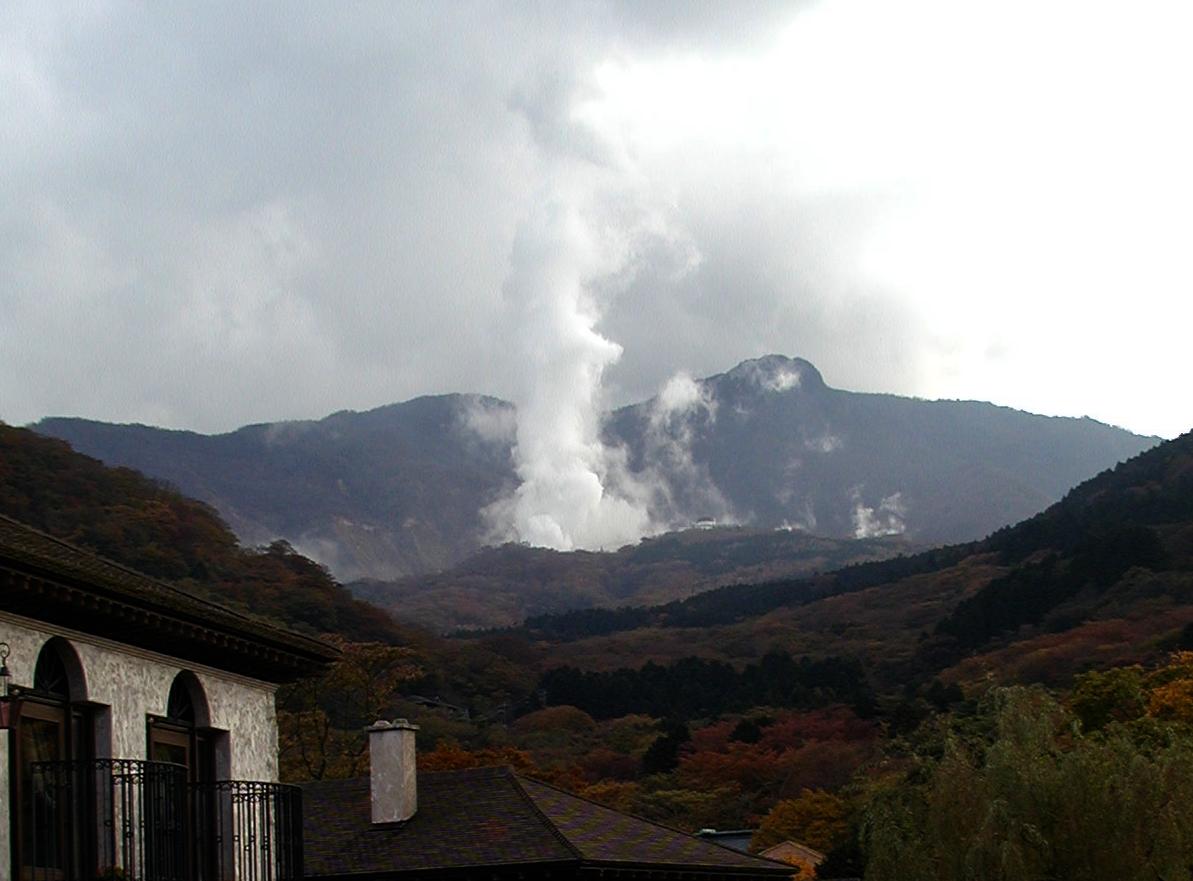 2001年大涌谷暴噴の写真でてきた。噴気の量と高さがすさまじい。これに比べれば今のはぜんぜん小さい。2.3km北の仙石原から2001年11月4日に撮影 http://t.co/yvM2R0wf4w