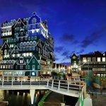 بلدة Zaandam تقع في مقاطعة شمال هولندا قريبة من امستردام عدد سكانها72000 المبنى الكبير في اول صورة فندق Inntel Hotel http://t.co/ZuAT0PFVUr