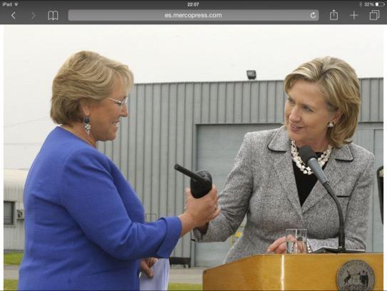 Un presidente de Chile no puede estar incomunicado nunca. Terremoto 2010: Hillary regala a Bachelet un satelital. http://t.co/u0q1z2VfVo