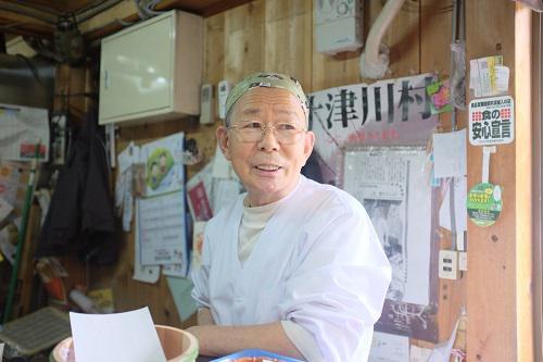 「和菓子職人に弟子入り」http://t.co/d6MjzuDmxA 奈良県十津川村でたったひとりの和菓子職人である上北さん。最長3年間、上北さんの元で修行をして、和菓子職人になる人を募集中。本日まで!#求人 #職人 #伝統 http://t.co/b3bMGiR1oT