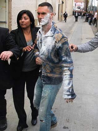 Sugar ... Yes, please. Adam Levine ถูกชายสติไม่ดีสาดน้ำตาลไอซ์ซิ่งใส่ น่าสงสารชะมัด #AdamLevine #Maroon5 http://t.co/RodbvqMK1f