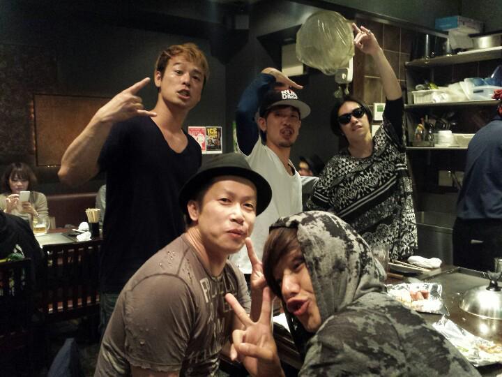 SPYAIRが広島にいる情報を突き止め、 会いにいってきた。 広島ライブだったんだね。皆いい顔しておりました。元気だったから、元気をもらっちゃいました(笑) 旅先で会えると余計に嬉しいバンドマンあるあるー   #17ツアー http://t.co/rZxwtHnBtr