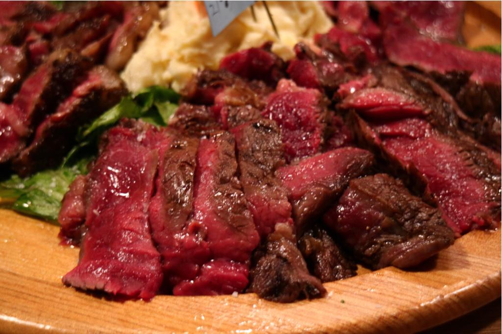 ちなみに開催したところはJR秋葉原駅の昭和通り口からちょっと和泉町側に歩いたところにある「暴走熟成肉 肉アバンギャルド」。秋葉原近辺で美味しいお肉と言えば生粋かウルフギャング(個人的には)なお店なので超絶オススメ!うーまーいーぞー!! http://t.co/Pi3Tqi9M6D