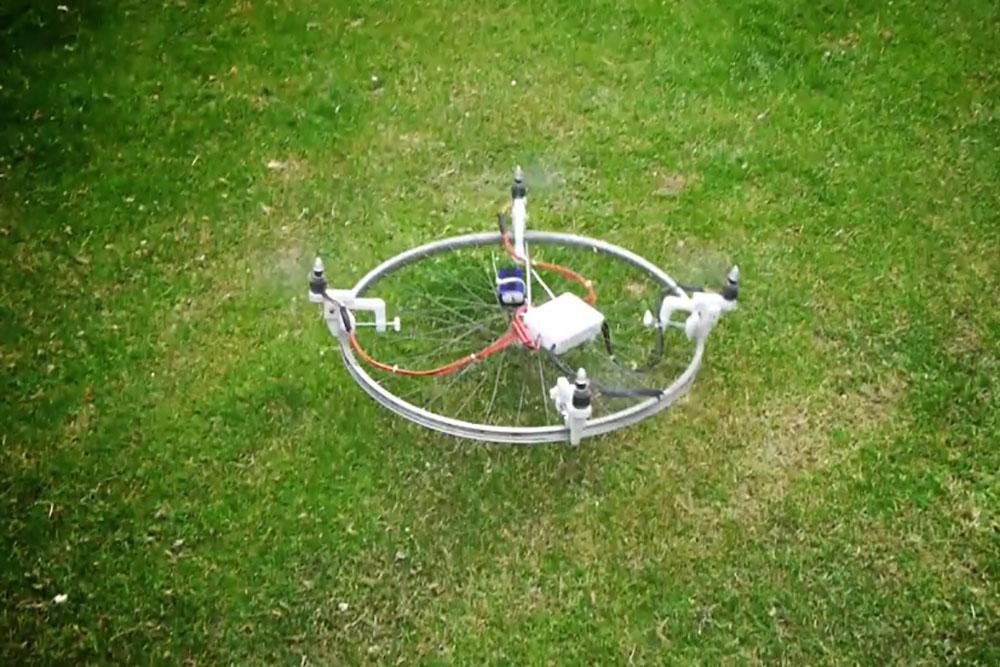 ドローンってつまりセグウェイなんかと一緒でソフトウェアとセンサー技術のイノベーションなんだよね、というのが良くわかる動画 http://t.co/pSD84y3ZF0 #drone #ドローン http://t.co/VlhUn0GYrX