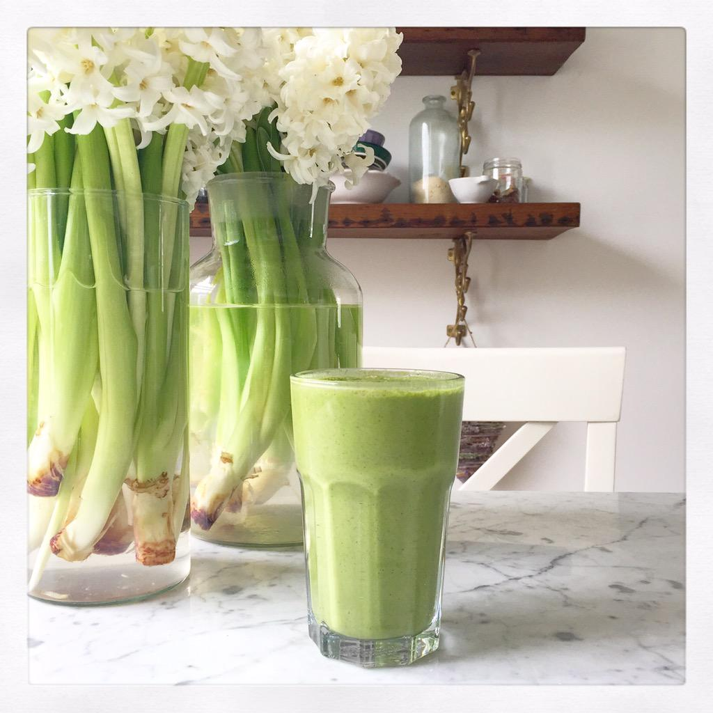 Such a delicious smoothie - spinach, frozen banana, coconut water, coconut yogurt, bee pollen & chia seeds! http://t.co/tYv208bIjN