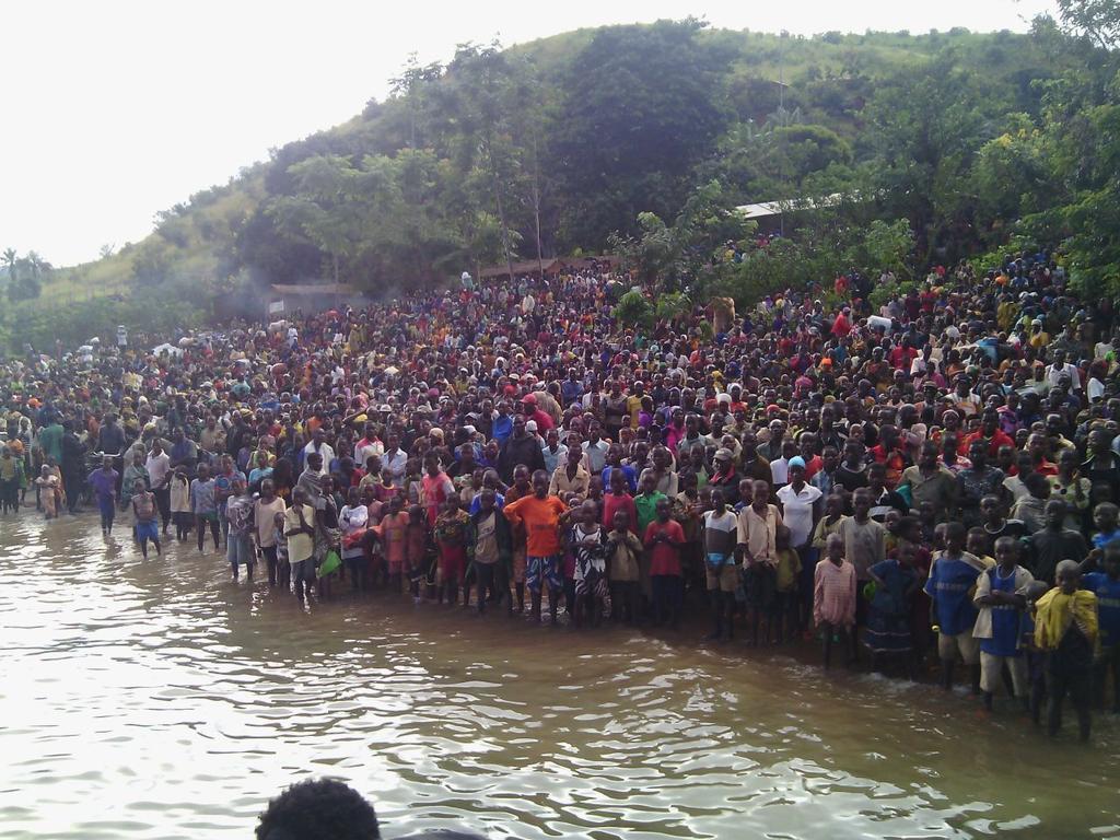 Migrants from Burundi crossing the border to Tanzania #burundichaos http://t.co/s5d6lB7vdQ