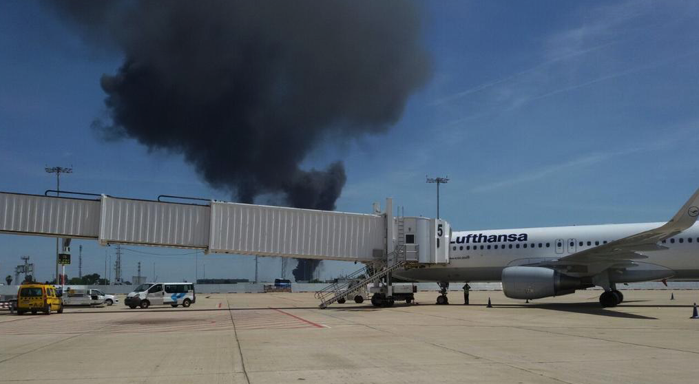 BREAKING>> Reports of a military Airbus A400M crashing into a outside of Seville Airport in southern Spain. http://t.co/yX0lSU0S9t