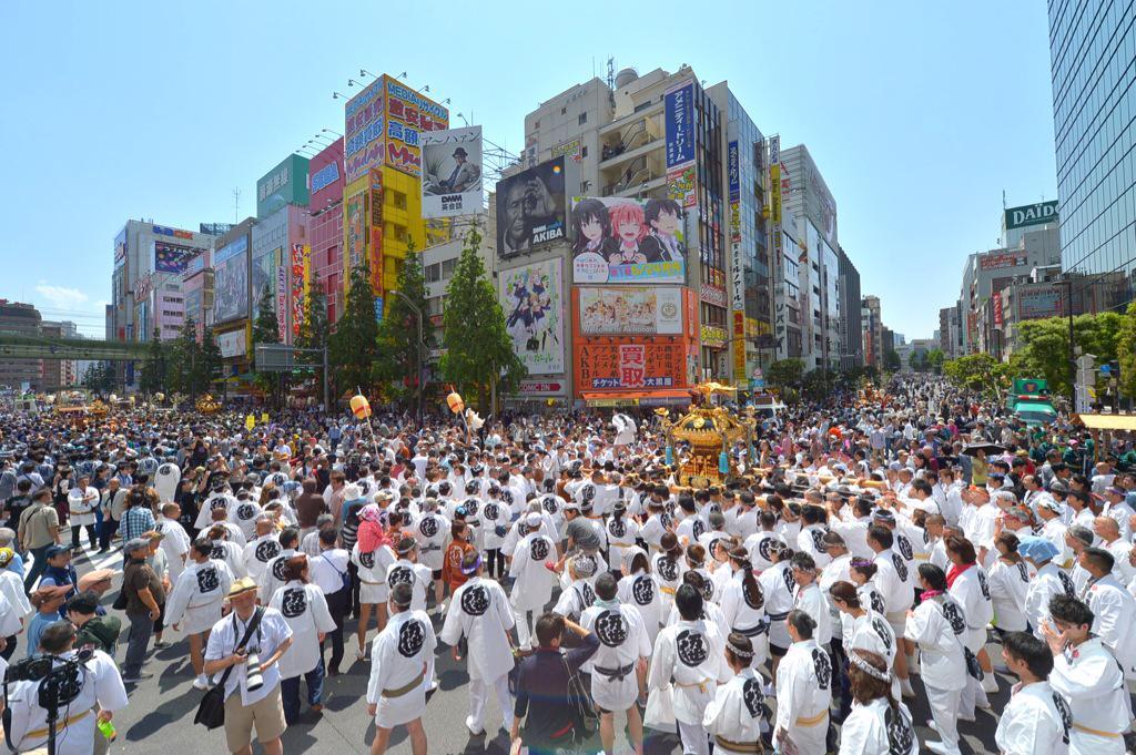 秋葉原中央通り交差点、とにかく御神輿の人がたくさん!すごい祭りの熱気と活気です!万世橋町会の御神輿が通過! #akiba http://t.co/iDdJ3XT9BZ