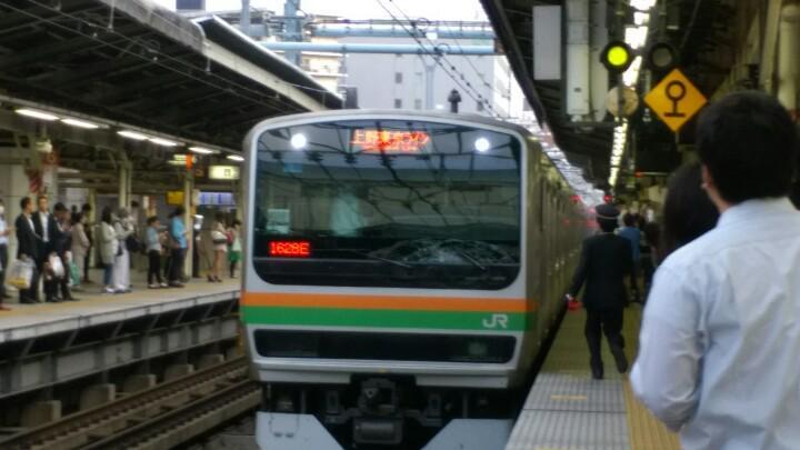 横浜駅で上野東京ラインに人がぶつかって、とまっちゃった! http://t.co/aH8EvjpPHa