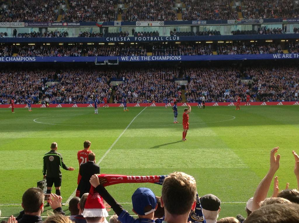 Real touch of class by @chelseafc fans - a standing ovation as Steven Gerrard comes off & he applauds them http://t.co/DiRdPt64UR