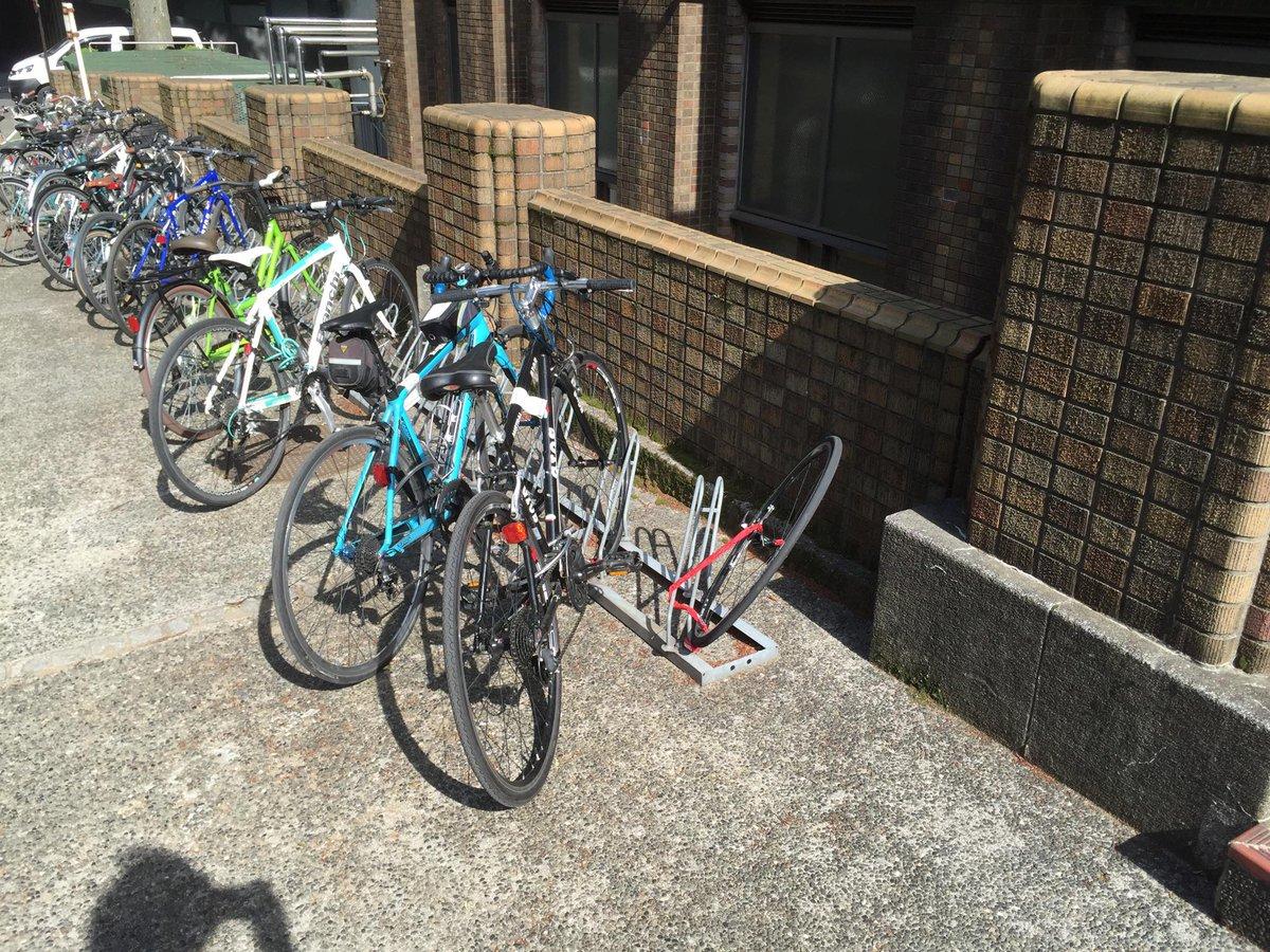誰かさんの自転車、盗られている?11日14:55時点で見つけたけど、前輪残して他持ってかれているように見える。本郷キャンパス6号館北側駐輪場。 http://t.co/j6A32oHFa2