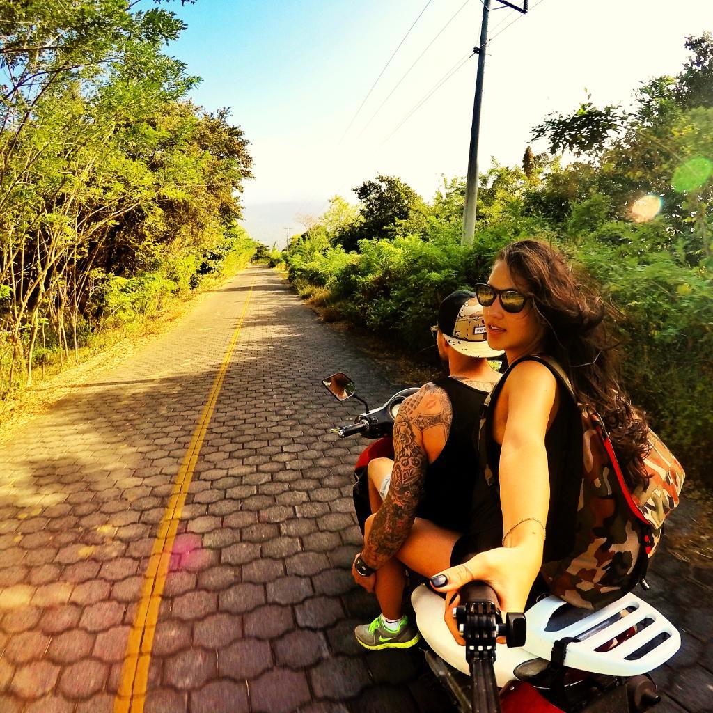 Фото девушек с селфи палкой вк на аву