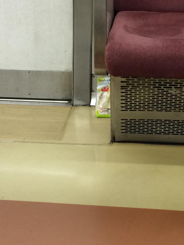 なんか、電車の席の隅にサンドイッチ落ちてる・・・・ http://t.co/gUVvL9Wu66