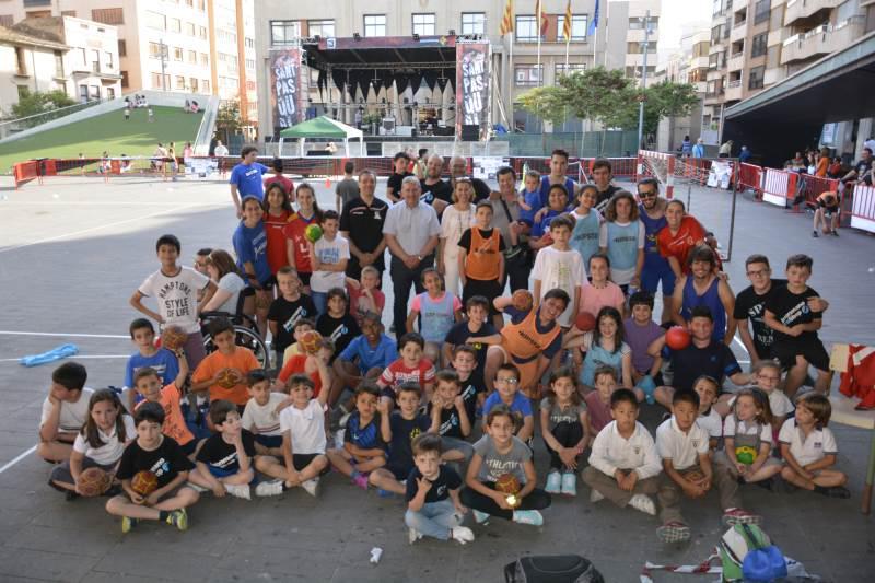 Fotos del street handball organitzat per  el Club Handbol Vila-real amb motiu de les festes patronals de Sant Pasqual http://t.co/XyFGnFUrdc