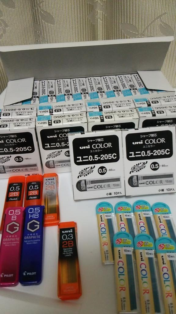 UNIの水色シャー芯バラ10個入り×20箱と、バラがいくつか、0.5と0.3の黒シャー芯がいくつか。 http://t.co/DWEpll1YcL