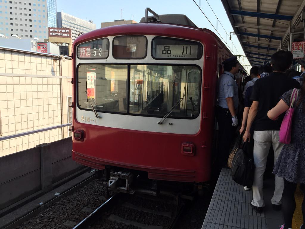 京急川崎で突然普通から特急に格上げされた800形。 車掌もまさかの特急に動揺してる(笑) http://t.co/696GLpD2PY