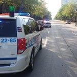 Délit de fuite à Montréal: policiers cherchent voiture foncée. Conducteur 50-60 ans. Cheveux mi-long, frisés. http://t.co/UVRx3e7H2w