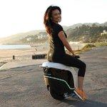 【なにこれほしい】近未来型一輪バイク「EcoBOOMER iGo」が発売決定! 米 http://t.co/2nMqQaqYA9 最大速度は約時速10キロ。セルフバランサーが内蔵されおり初めての人でも簡単に乗りこなせるとのこと。 http://t.co/qXOw2YGCSm