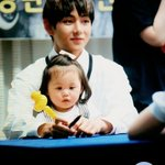 """""""kimtaetaeV_V: 150525 부산 팬싸 #방탄소년단 #뷔 @BTS_twt 애기랑애기다ㅠㅠㅠ http://t.co/HIHocBPN95""""SUCH A CARE MOM. I MEAN DAD"""