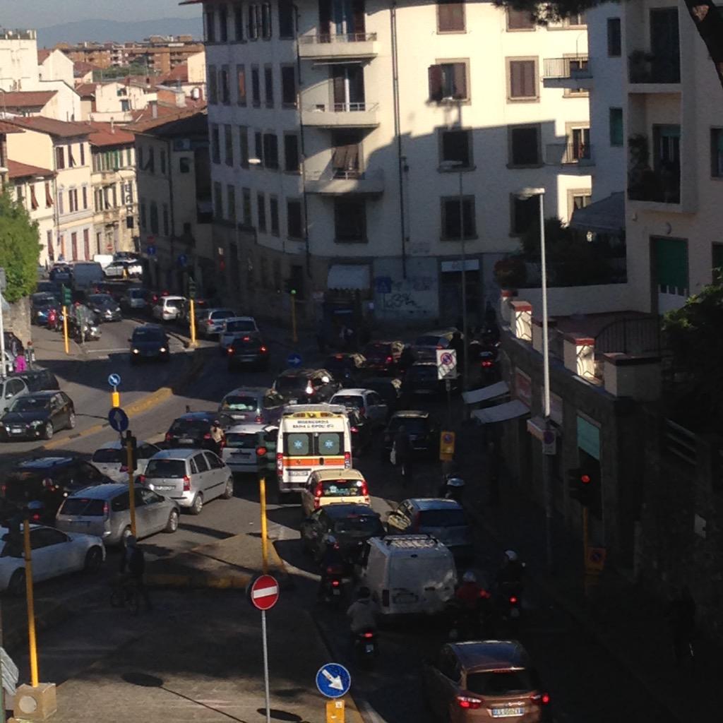 "RT @NiccoloBianco: Buon lunedì dal l'incrocio Tavanti vemanuele! @Lavori_Tram_Fi @comunefi  #tramvia #lavori #code #traffico #lunedi http:/…<a target=""_blank"" href=""http://t.co/0zlJuodMll""><br><b>Vai a Twitter<b></a>"
