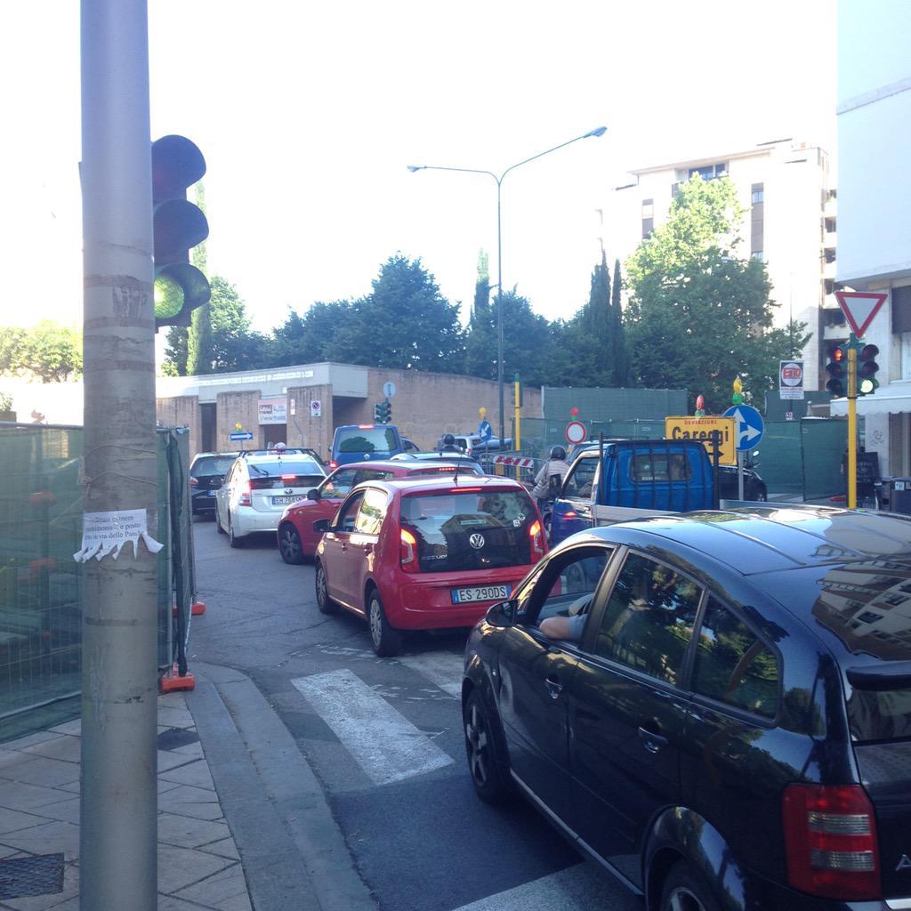 """RT @NiccoloBianco: Ingorghi si ripercuotono  anche in piazza Leopoldo!#tramvia #lavori @Lavori_Tram_Fi @comunefi http://t.co/xlb0mJMbgf<a target=""""_blank"""" href=""""http://t.co/xlb0mJMbgf""""><br><b>Vai a Twitter<b></a>"""