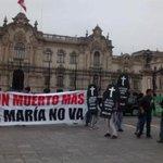 #NiUnMuertoMás Jóvenes llegaron hasta Palacio para protestar contra #TíaMaría [VIDEO] http://t.co/PlXE5wViuk http://t.co/6m41bHXlhv