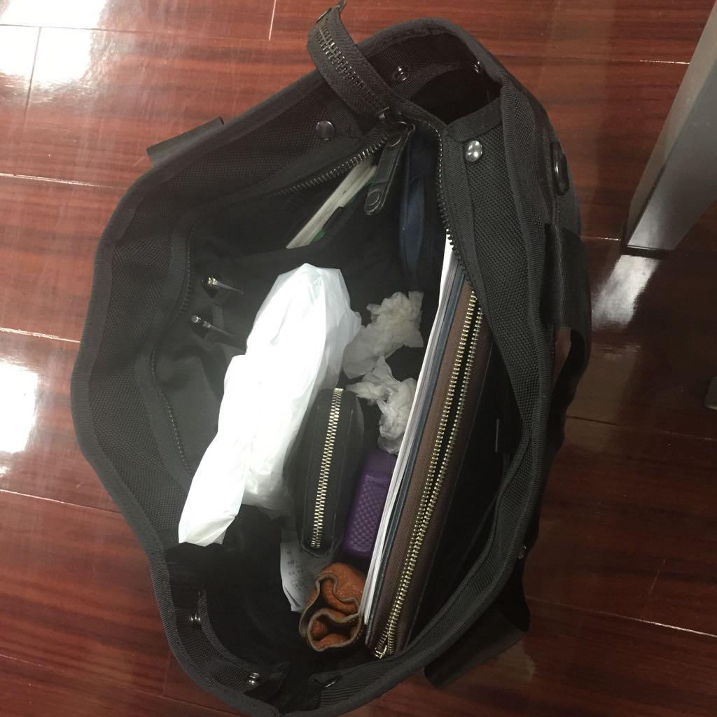 俺の鞄に鼻紙が入っていたので、大竹さんに伝えたら、「黒いゴミ箱かと思っちゃった」と、笑顔を見せてきました。さまぁ〜ずもうすぐ48歳、俺もうすぐ40歳。2015春。 http://t.co/iMIfGb4Pla