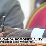 Nunca unas manos me dieron tanto asco: presidente de Uganda firmando la ley que llevará a homosexuales a la cárcel. http://t.co/B1O0ylsPjn