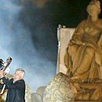 Hace exactamente un año, Carlo Ancelotti celebraba en Cibeles la décima Champions del Real Madrid. Hoy lo despiden. http://t.co/bd1QXaAf0e