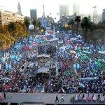 Llenísima la Plaza, festejando y escuchando música mientras esperamos a @CFKArgentina. Venite! #Vivalapatria http://t.co/ZkRmB45Gb0