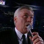 Hace exactamente un año, Carlo Ancelotti cantaba el himno de la Décima en el Santiago Bernabéu. Hoy lo despiden. http://t.co/O9d1QgqccH