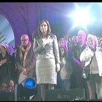 *** AHORA MISMO | @CFKArgentina en el escenario de Plaza de Mayo. Guillermo Fernández canta el himno #CadenaNacional http://t.co/LOhYLbucXZ