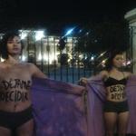MT @angelpinedac Activistas feministas protestan frente al Congreso en apoyo al proyecto #DéjalaDecidir http://t.co/tcw37neQqJ